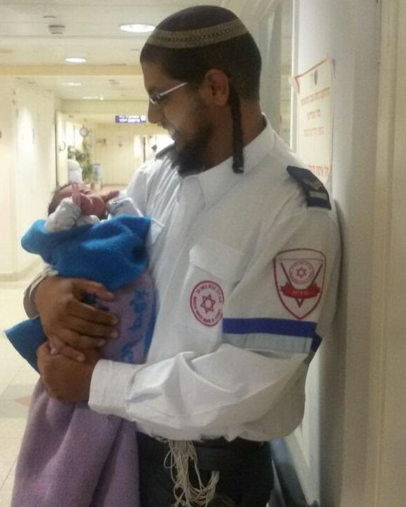 """מתנדב במד""""א יילד את בתו החדשה בחדר השינה"""