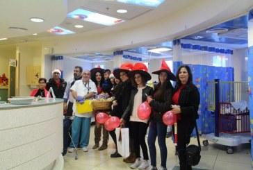 מתנדבים חילקו ממתקים לילדים חולים